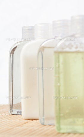 Close up of four massage oil bottlesの写真素材 [FYI00487840]