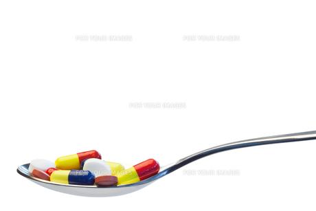 Spoon full of pillsの写真素材 [FYI00487842]