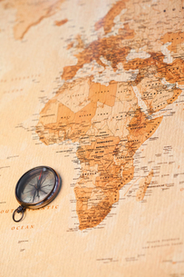 World map with compass showing Africaの写真素材 [FYI00487843]