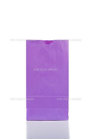 Purple paper bagの写真素材 [FYI00487844]