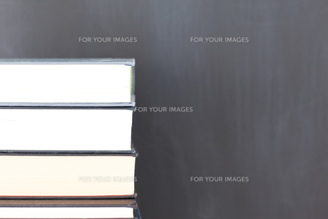 Stack of books and a clean blackboardの写真素材 [FYI00487864]
