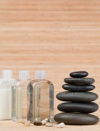 Glass flasks with pebbles and a black stones stackの写真素材 [FYI00487874]