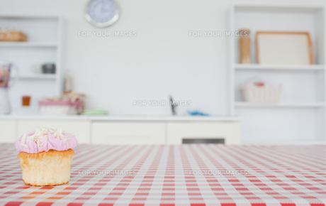 A cupcake on a tableclothの写真素材 [FYI00487884]