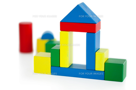 House built out of wooden toy blocksの写真素材 [FYI00487889]