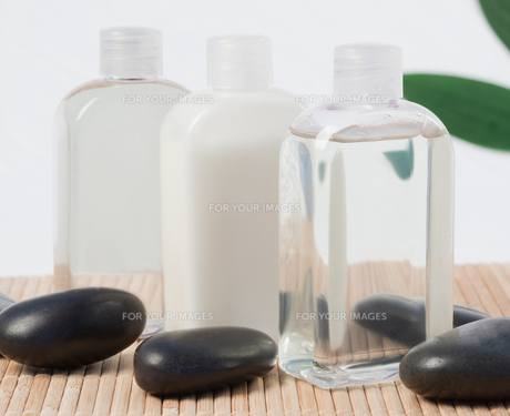 Black stones and massage oilの素材 [FYI00487890]