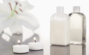 White orchid  glass flasks and lighted white candlesの写真素材 [FYI00487892]