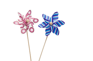 Pink and blue paper windmillsの写真素材 [FYI00487899]