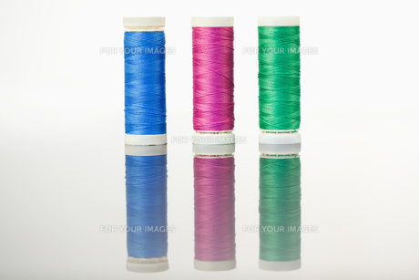 Colorful spools of thread on a tableの素材 [FYI00487910]