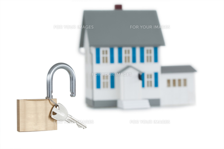 Miniature house and opened padlockの写真素材 [FYI00487912]