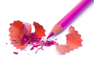 Purple pencil and its peelingsの写真素材 [FYI00487915]