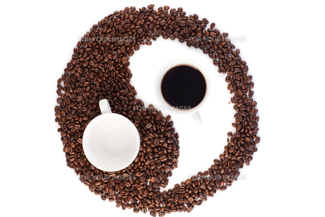 Coffee cups with coffee beans arranged in an artistic designの写真素材 [FYI00487936]