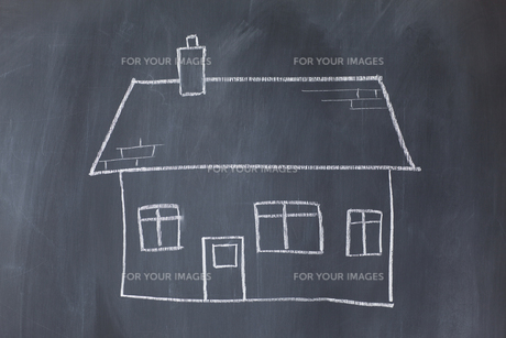 Big house drawn on a blackboardの素材 [FYI00487943]