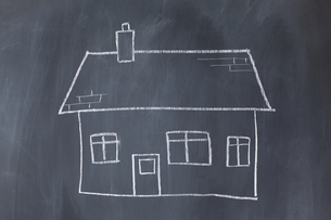 Big house drawn on a blackboardの写真素材 [FYI00487943]