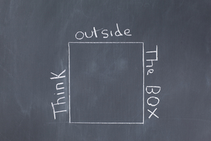 Blackboard with a cube drawn on itの写真素材 [FYI00487947]