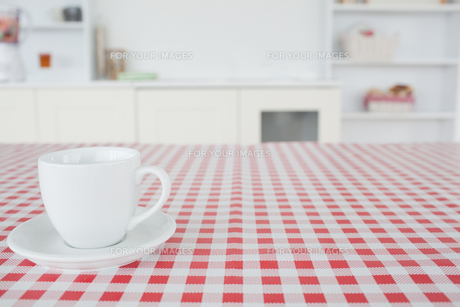 A cup of tea on a tableclothの素材 [FYI00487951]