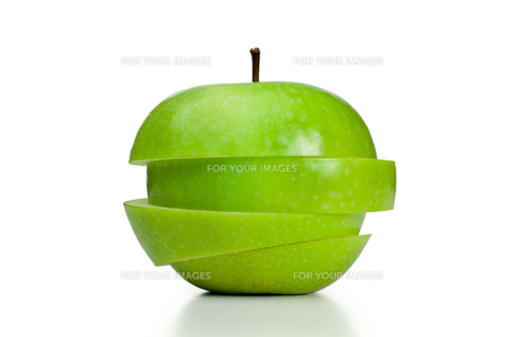 Apple cut into slicesの写真素材 [FYI00487952]