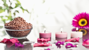 Lighted pink candles with petals and a bowl of gravelの写真素材 [FYI00487971]