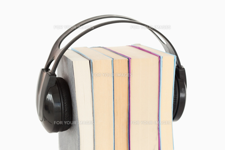 Close up of a stack of books and headphonesの写真素材 [FYI00487989]