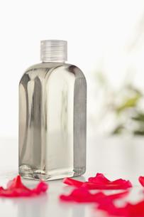 Glass flask an pink petalsの素材 [FYI00487992]
