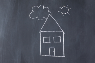House with the sun and a cloud drawn on a blackboardの写真素材 [FYI00488001]