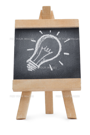 Chalkboard with a drawing of a lightbulb on itの写真素材 [FYI00488004]