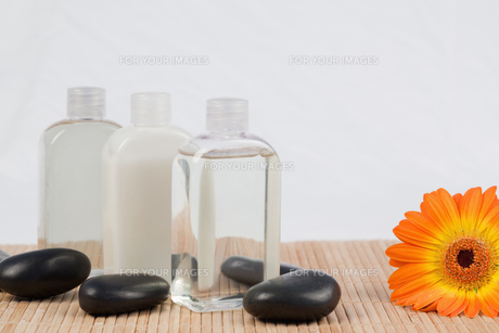 Sunflower with black stones and massage oil bottlesの素材 [FYI00488018]