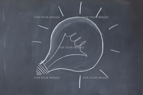 Lightbulb drawn on a blackboardの写真素材 [FYI00488027]