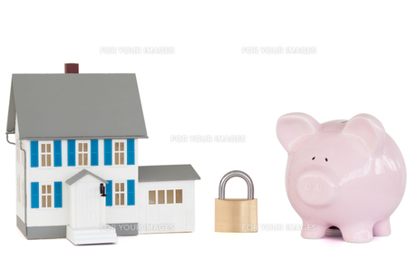 House locked with padlock and pink piggy bankの写真素材 [FYI00488033]