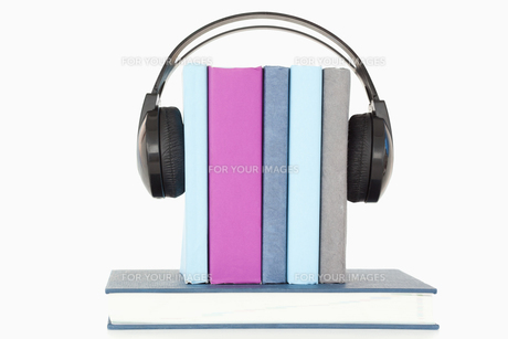 Headphones around booksの写真素材 [FYI00488034]