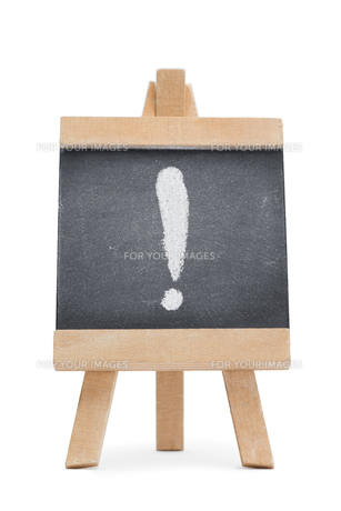 Chalkboard with an exclamation mark written on itの写真素材 [FYI00488035]