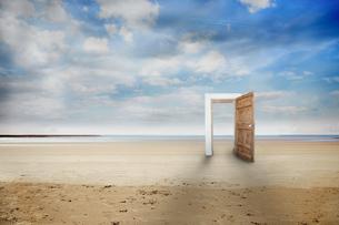 Picture of wooden open doorの写真素材 [FYI00488059]