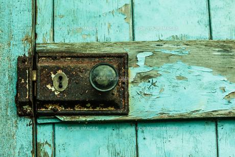 Close up of lock on blue doorの写真素材 [FYI00488061]