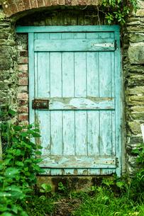 Blue wooden door in a stone wallの写真素材 [FYI00488064]