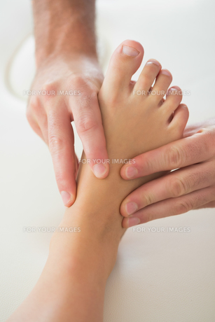Physiotherapist kneading patients footの写真素材 [FYI00488073]