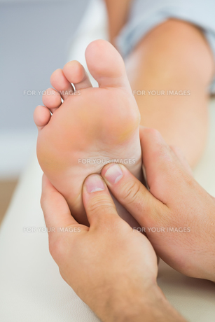 Picture of foot massage given from physiotherapistの写真素材 [FYI00488088]