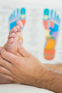 Close up picture of physiotherapist massaging a patients footの写真素材 [FYI00488091]