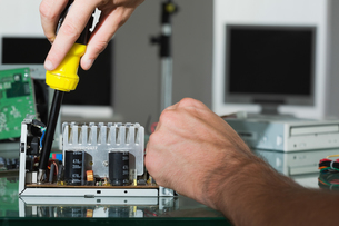 Computer engineer repairing hardware with screw driverの写真素材 [FYI00488093]