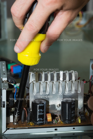 Close up of hands repairing hardware with screw driverの写真素材 [FYI00488095]
