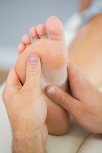 Picture of foot massage treatment from physiotherapistの写真素材 [FYI00488103]