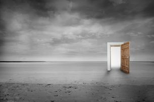 Picture of open wooden doorの素材 [FYI00488107]