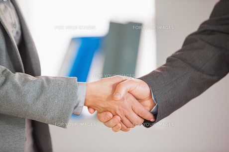 Two people having a handshake in an officeの写真素材 [FYI00488120]