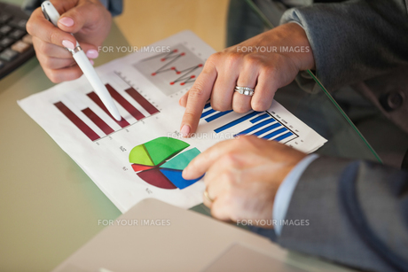 Business team going over data and graphsの写真素材 [FYI00488121]