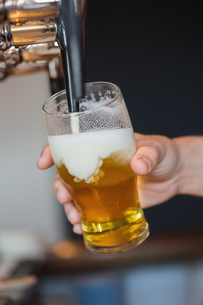 Hand holding glass filling beerの素材 [FYI00488123]