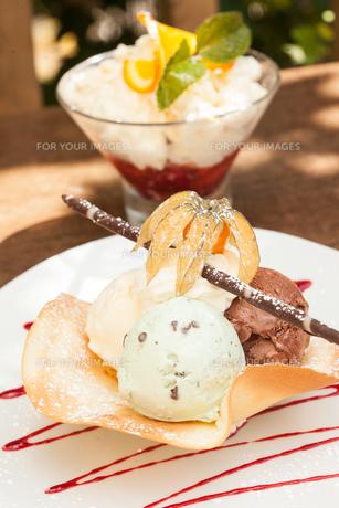 Two ice cream dessertsの写真素材 [FYI00488125]