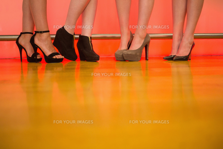 Womens legs wearing high heelsの写真素材 [FYI00488140]