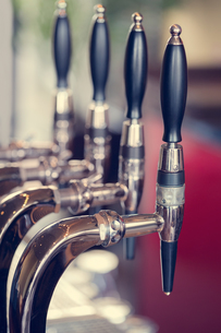 Silver and black beer taps close upの写真素材 [FYI00488147]