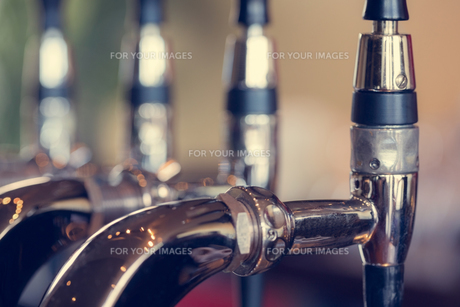 Beer taps close upの写真素材 [FYI00488152]