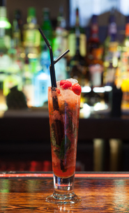 Close up on colourful cocktail with strawberries on the edgeの素材 [FYI00488153]