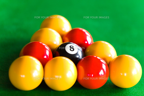 Close up of billiard balls dispsed in triangleの写真素材 [FYI00488158]