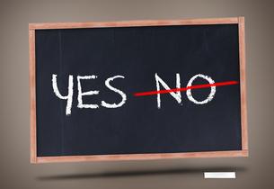 Yes and no written on blackboardの写真素材 [FYI00488192]